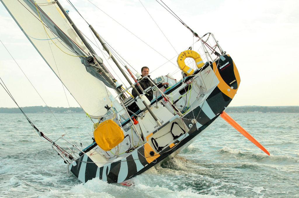 Barca da regata molto sbandata