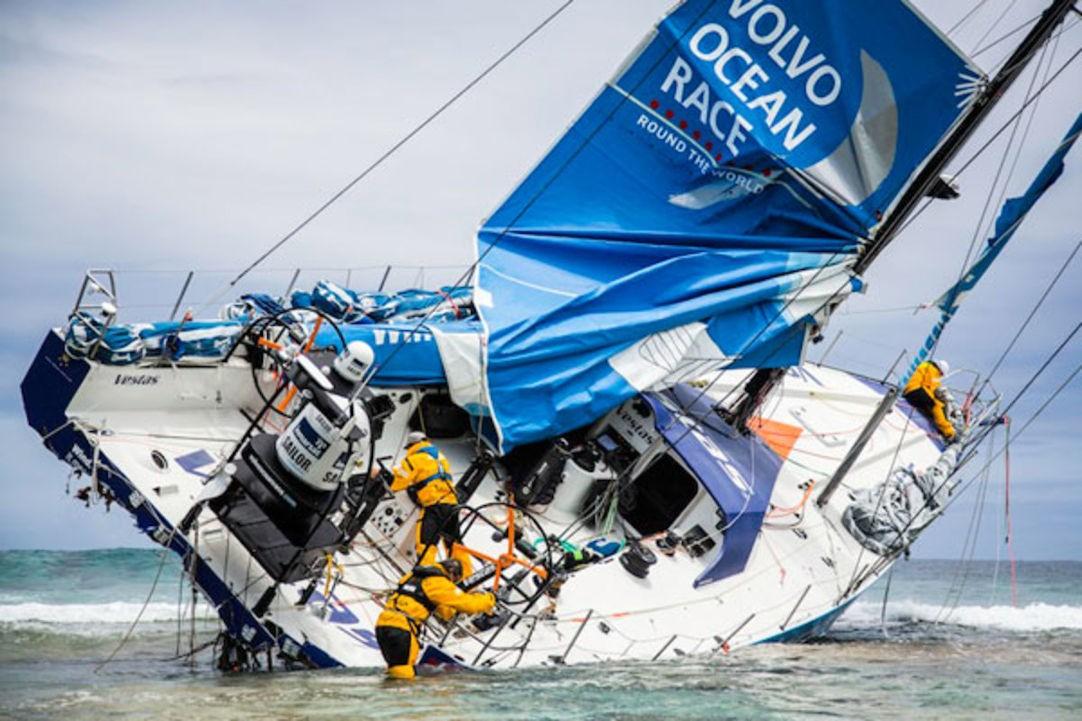 Giro del Mondo - Team Vestas finisce a scogli durante la Volvo Ocean Race