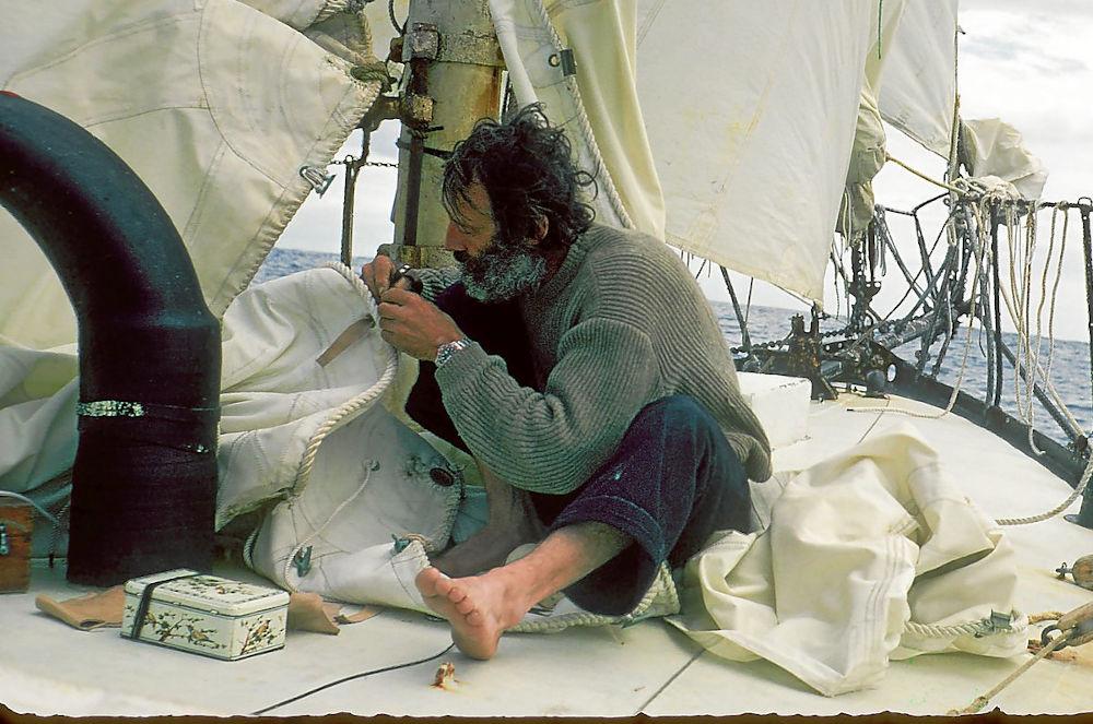 Bernard Moitessier - Riparazione di una vela in navigazione