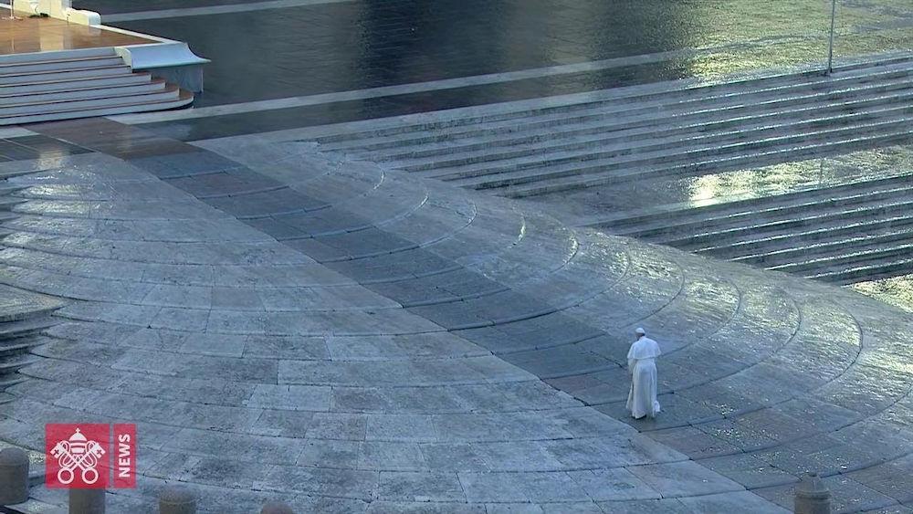 Isolamento ed introspezione - Papa Francesco, solo, Piazza San Pietro