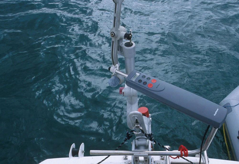 Timone a vento - Agganciare un piccolo autopilota elettrico per creare una modalità bussola