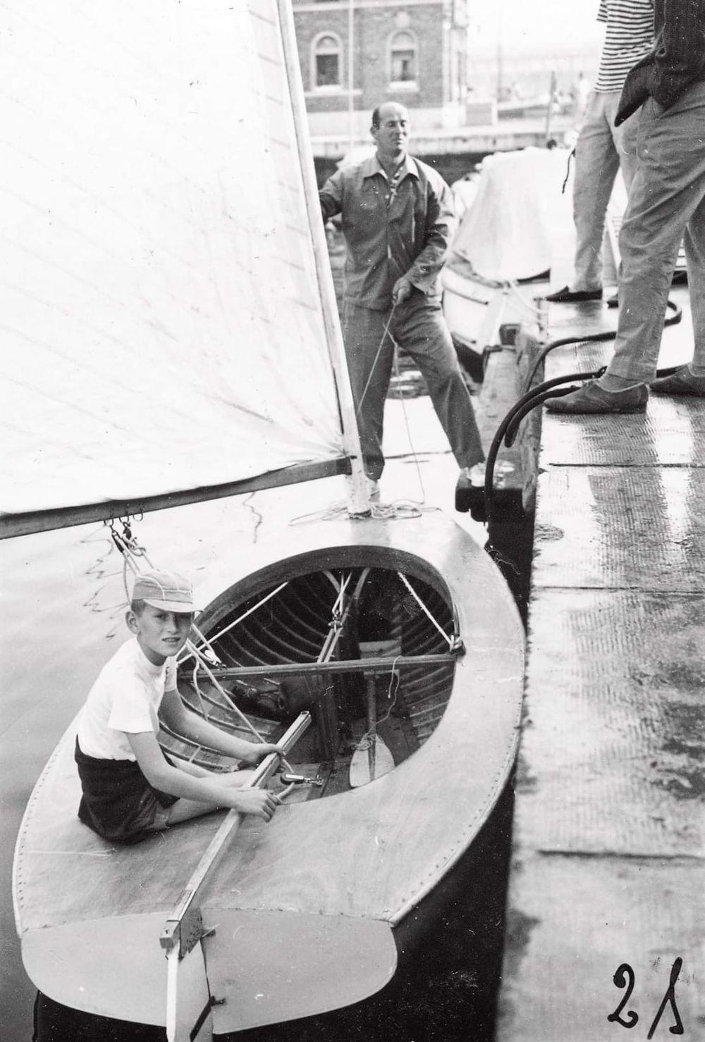 Velisti Italiani - Mauro Pelaschier a 10 anni aiutato da suo Padre Adelchi ad armare la barca