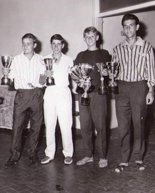 Velisti italiani - un giovane Mauro (secondo da destra) premiato ad una regata