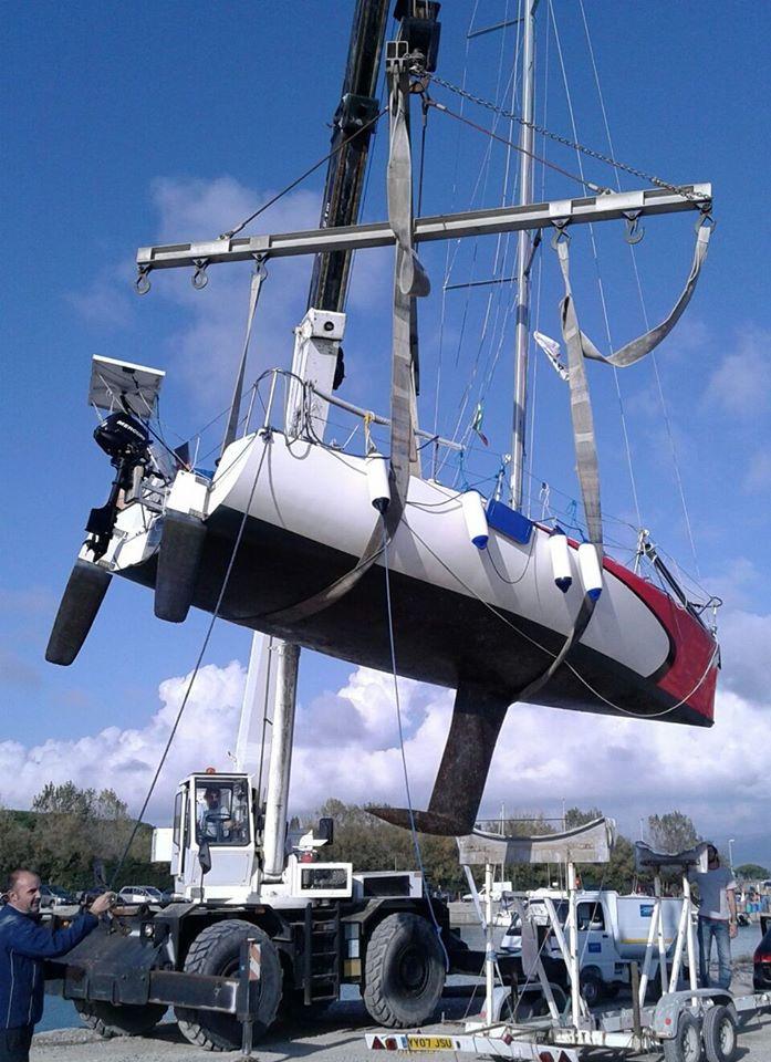 Fare carena alla barca - Il delicato momento della posa su invaso