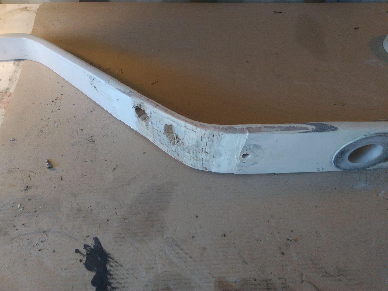 Lavori in barca - Smerigliatura e rimozione di tutte le parti danneggiate