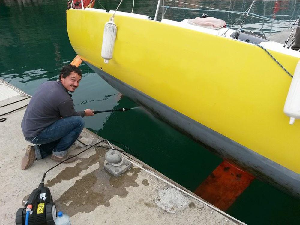 Fare carena alla barca - Usare l'idropulitrice per pulire la carena con barca sbandata