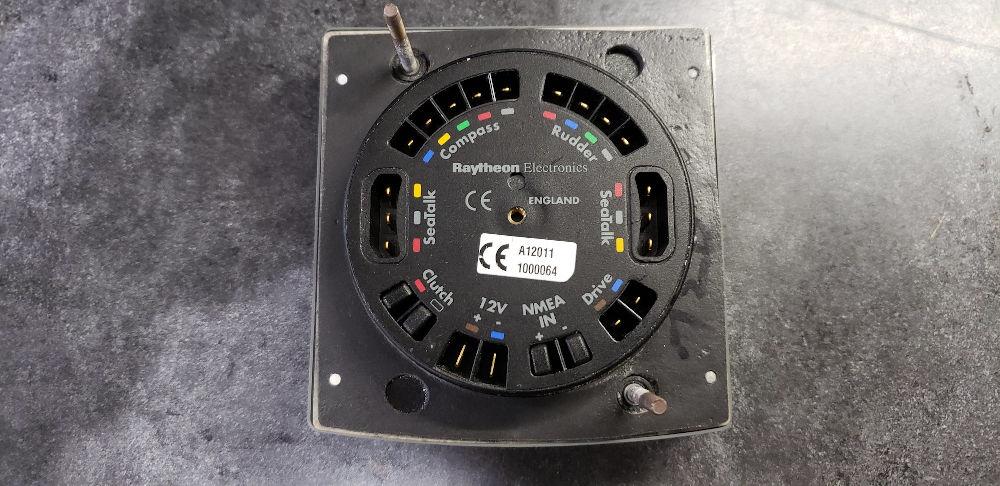 Autopilota per barca a vela - Il retro di un display Raymarine ST500+