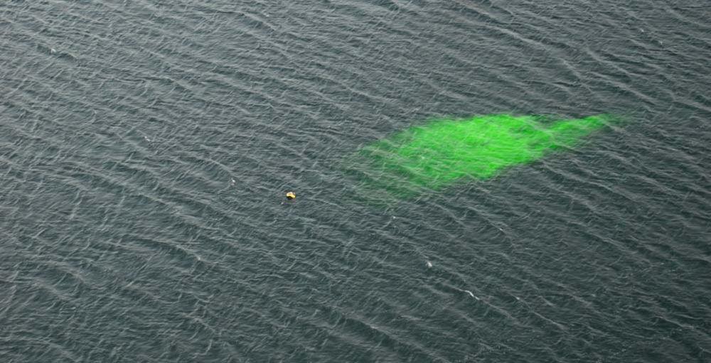 Fluoresceina per aumentare la visibilità di un uomo a mare o barca in avaria